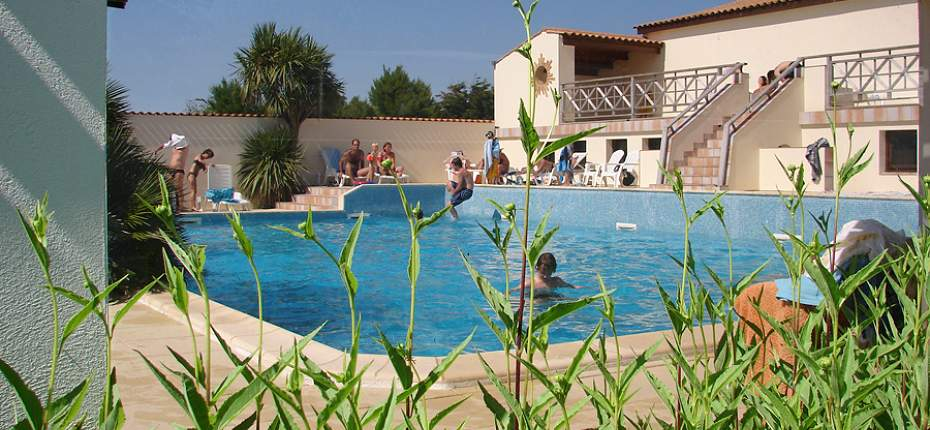 Camping piscine couverte ile d 39 ol ron camping oleron for Piscine baleine saint denis